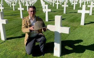 Association Association 2MCLADNCédric Lemaître, auprès de la tombe d'Ellis Pope, avec son fameux sous-casque.