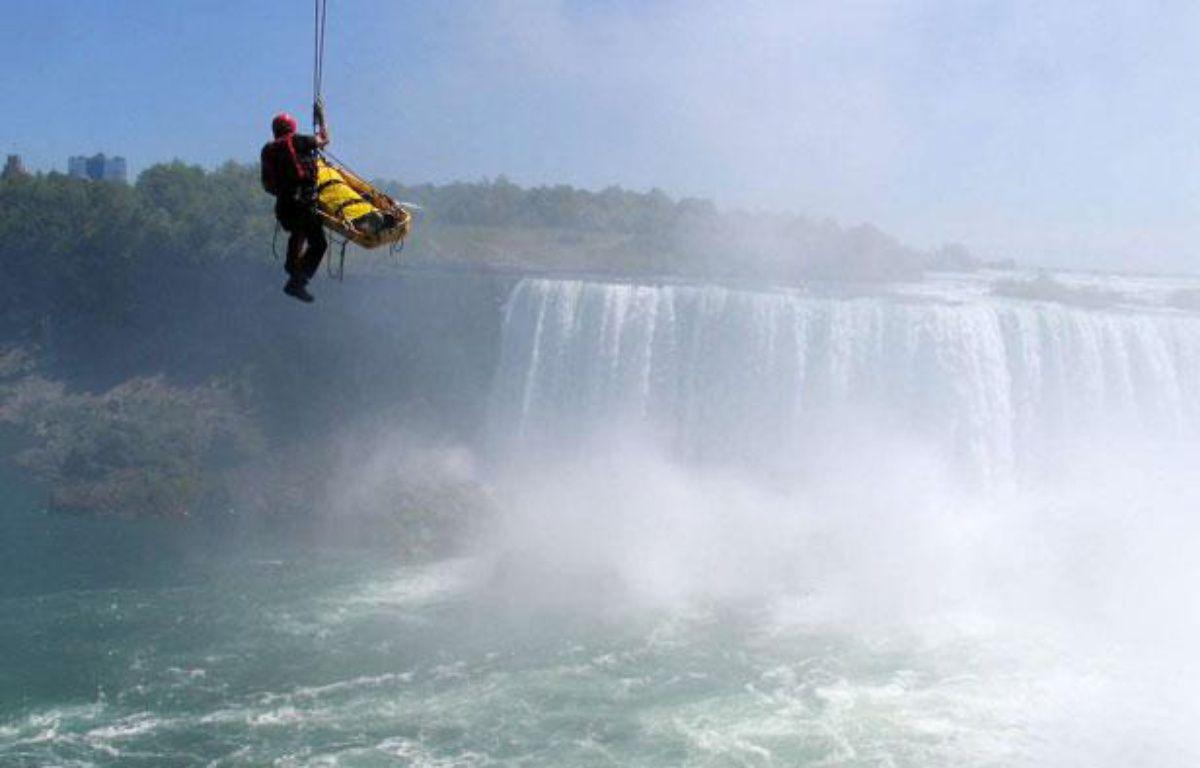 Un homme se fait secourir après avoir plongé dans les chutes du Niagara, le 21 mai 2012. – Harry Rossetani/AP/SIPA