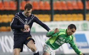 Le défenseur bordelais Franck Jurietti, face au Stéphanois Dimitri Payet (en vert) lors d'un match de L1, le 22 février 2009.