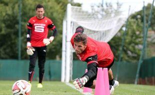 Benoît Costil à l'entraînement, sous le regard de son coéquipier Olivier Sorin.