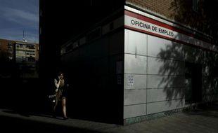 Une femme quitte une agence pour l'emploi à Madrid, le 23 octobre 2014