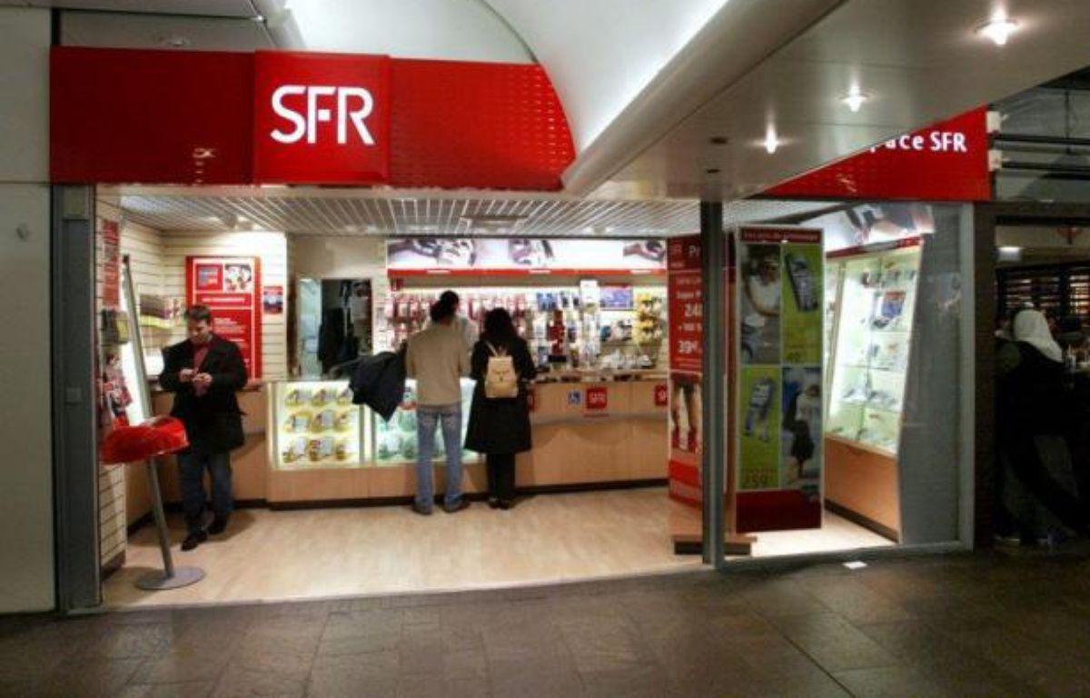 SFR, deuxième opérateur télécoms français, a lancé mardi sa réorganisation stratégique visant à contrer l'arrivée fracassante de Free Mobile sur le marché, et annoncé lors d'un Comité central d'entreprise qu'il présenterait en novembre un plan de départs volontaires. – Jacques Demarthon afp.com