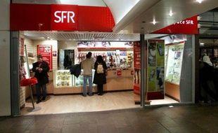 SFR, deuxième opérateur télécoms français, a lancé mardi sa réorganisation stratégique visant à contrer l'arrivée fracassante de Free Mobile sur le marché, et annoncé lors d'un Comité central d'entreprise qu'il présenterait en novembre un plan de départs volontaires.