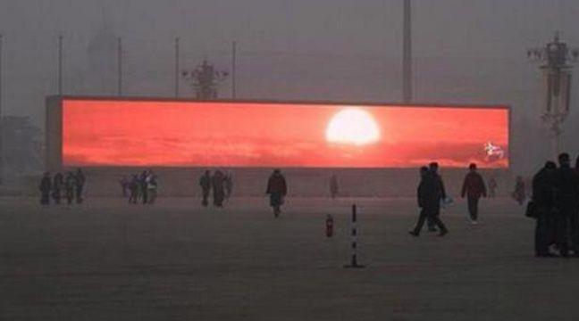 Un écran géant diffuse une vidéo de lever de soleil à Pekin, le 16 janvier 2014. – Twitter