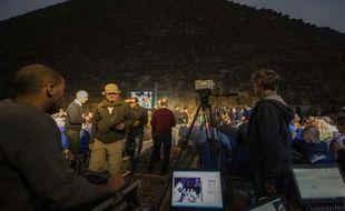 Des personnes rassemblées devant la pyramide de Khéops lors d'une expérience de thermographie infrarouge, le 9 novembre 2015 près du Caire