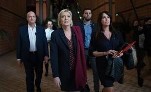 Marine Le Pen, entourée de son garde du corps Thierry Légier et de sa cheffe de cabinet Catherine Griset, le 4 février 2017 à Lyon. La présidente du FN est accusée d'avoir indûment rémunéré ses deux collaborateurs avec les deniers du Parlement européen.