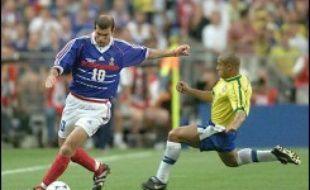 L'autre rencontre, plus célèbre encore, entre les deux nations remonte à la finale du Mondial-98 au Stade de France. Face à l'enthousiasme des Français, les Brésiliens, avec un Ronaldo victime d'un mystérieux malaise quelques heures avant le match, n'avaient pas fait le poids.