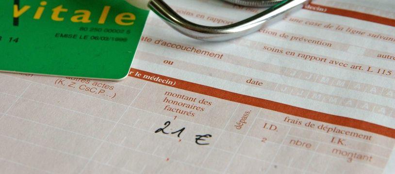 Une carte Vitale et une ordonnance chez un médecin. Illustration.