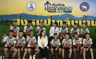 Les douze footballeurs et leur entraîneur, sains  et saufs lors d'une conférence de presse, le 18 juillet 2018.