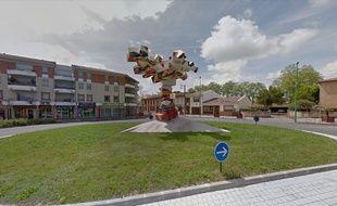 """La sculpture """"l'arbre en ciel"""", sur le rond-point Jean-Monnet, à Cugnaux."""
