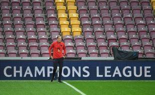 Thomas Tuchel prend la température sur la pelouse du stade de Galatasaray avant le match de mardi.