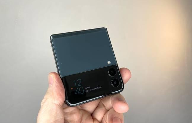 Di bagian depan Galaxy Z Flip 3 terdapat layar berukuran 1,9 inci untuk mengakses fungsi-fungsi tertentu.