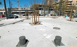 Sur la place du 4-Septembre, la piste cyclable se résume à ces deux petits logos imprimés sur les nouveaux trottoirs.
