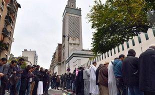 Des musulmans devant la mosquée de Paris le 26 octobre 2012.