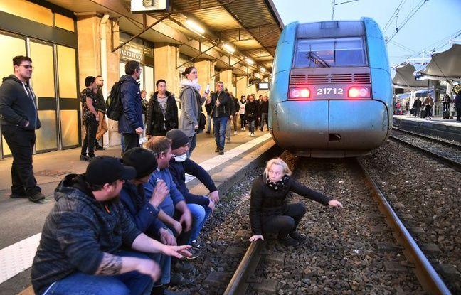Des forains en colère bloquent les voies en gare du Mans.