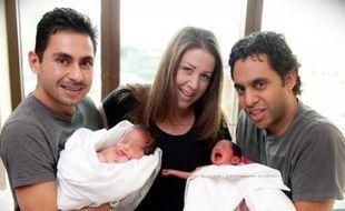 Jeni Denhof, une mère-porteuse américaine, a donné naissance à des jumeaux pour un couple homoparental.
