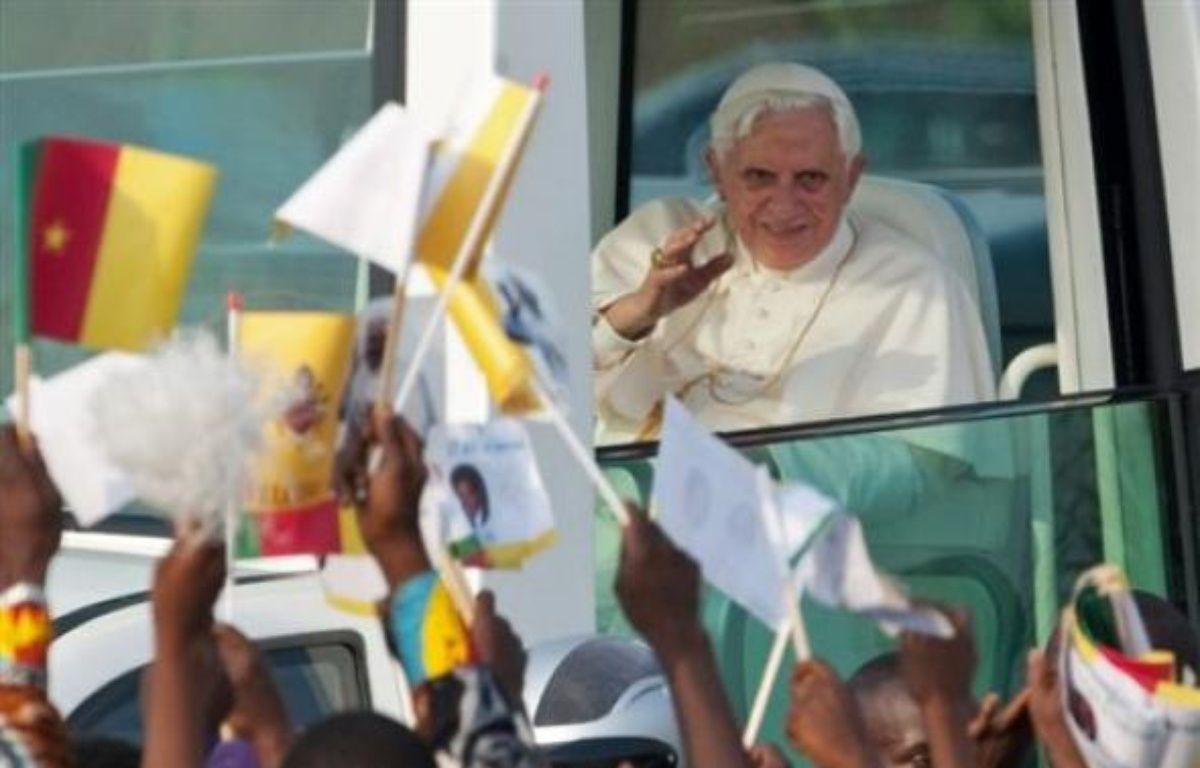 """Le pape Benoît XVI, arrivé mardi au Cameroun pour son premier voyage en Afrique, a mis en garde les Africains contre """"tout particularisme ou tout ethnocentrisme excessif"""", dans un discours aux évêques camerounais réunis mercredi matin dans une église de Yaoundé. – Christophe Simon AFP"""