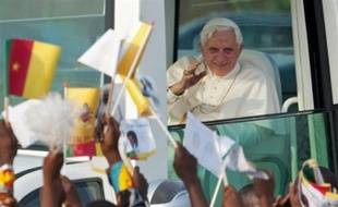 """Le pape Benoît XVI, arrivé mardi au Cameroun pour son premier voyage en Afrique, a mis en garde les Africains contre """"tout particularisme ou tout ethnocentrisme excessif"""", dans un discours aux évêques camerounais réunis mercredi matin dans une église de Yaoundé."""
