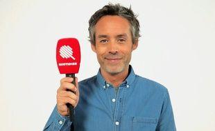 Yann Barthès, micro à l'effigie de l'émission «Quotidien» en main.