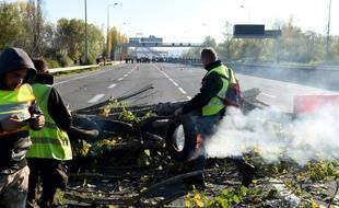 Des «gilets jaunes» bloquent le pont d'Aquitaine, à Bordeaux.