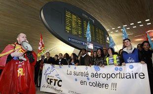 Des agents de sûreté en grève à Roissy, le 22 décembre 2011.