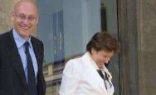Roselyne Bachelot, chaussée de Crocs roses, à la sortie du conseil des ministres le 27 août 2008