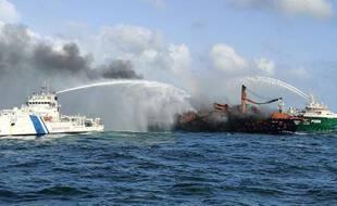 Le cargo en feu, au Sri Lanka.