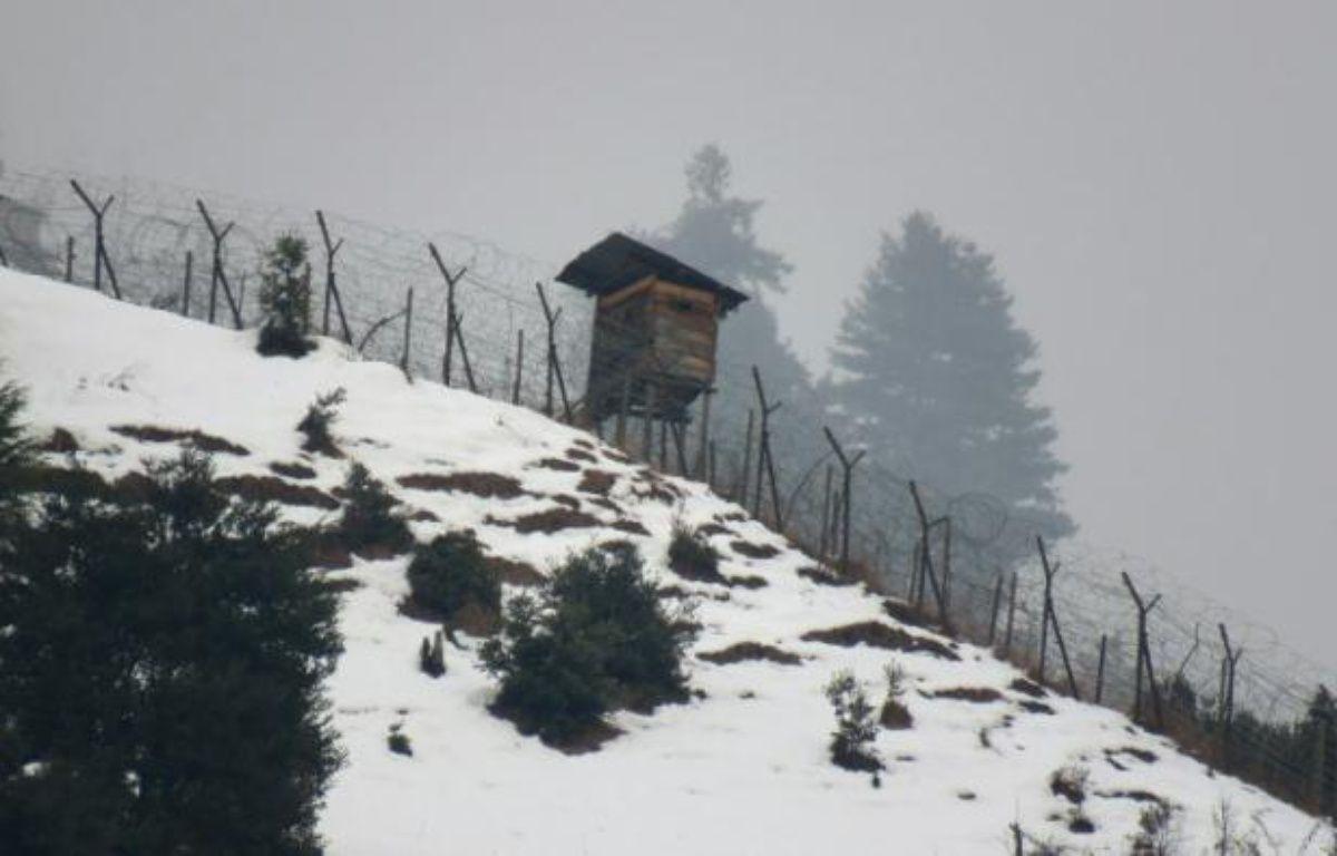 Double rangée de clôtures coiffées de barbelés le 12 décembre 2015 sur les montagnes enneigées du Cachemire – SAJJAD QAYYUM AFP