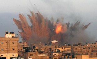 Explosions et incendies à Rafah (sud de Gaza), le 11 juillet 2014 après des raids de l'armée israélienne