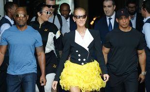 À Paris pour les défilés haute couture automne-hiver, Céline Dion sort de son hôtel avec une tenue jaune et jolie.