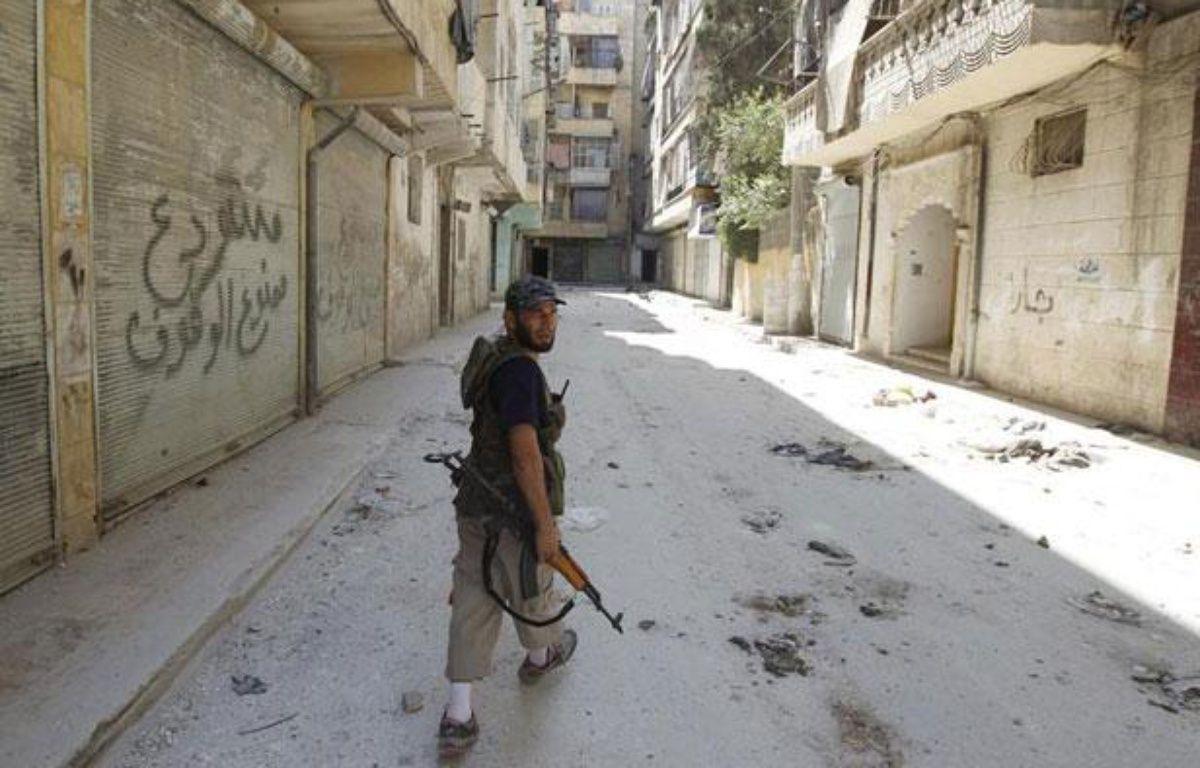 Un rebelle syrien marche dans une rue d'Alep, en Syrie, le 10 août 2012. – REUTERS/Goran Tomasevic