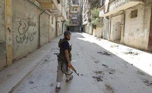Un rebelle syrien marche dans une rue d'Alep, en Syrie, le 10 août 2012.