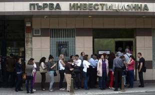 File d'attente devant la First investment bank à Sofia le 27 juin 2014