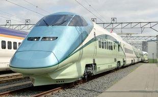 Un shinkansen (train à grande vitesse japonais) équipé de bains de pieds est présenté à Yamagata, le 30 juin 2014.