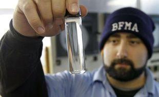 Un employé de la station d'épuration de Beaver Falls, en Pennsylvanie, contrôle la qualité de l'eau à proximité de forages de gaz.