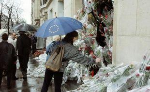Des fleurs déposées devant le domicile de François Mitterrand le 10 janvier 1996 à Pari