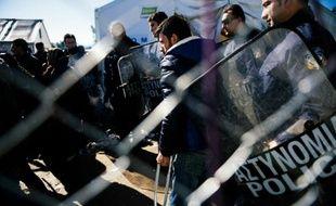 Des migrants à la frontière entre la Grèce et la Macédoine près de Gevgelija le 21 avril 2016