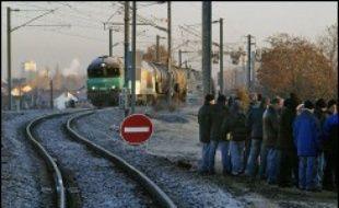 Le trafic SNCF était assuré en moyenne à 95% sur l'ensemble de la France lundi, sauf dans trois régions, Alsace, Auvergne et Pays de la Loire ainsi qu'à Paris-Saint-Lazare et Paris-Nord, assez perturbées en raison de grèves liées au service d'hiver, a indiqué la direction.