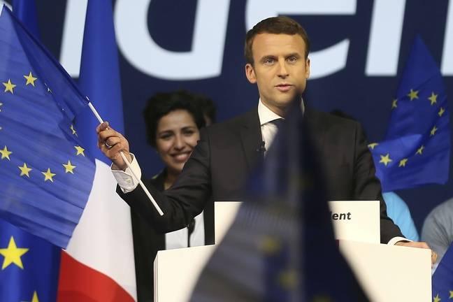 Emmanuel Macron agite le drapeau européen pendant un meeting à Nantes, le 19 avril 2017.