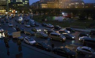 Des chauffeurs de taxis en grève manifestent Porte Maillot, le 27 janvier 2016 à Paris