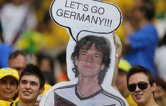 8 juillet 2014, en demi-finale du mondial au Brésil, des supporters brésiliens tentent de porter la poisse à l'Allemagne avec le «chat noir» Mick Jagger. Le Brésil s'inclinera par 7 buts à 1...