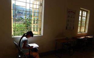 To go with AFP story Vietnam-China-women-trafficking-social,FEATURE by CAT BARTON Kiab, une adolescente Hmong, dont le nom a été modifié pour protéger son identité, fait ses devoirs dans un centre gouvernemental de la ville de Lao Cai, au Vietnam