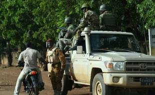 Des soldats burkinabés le 22 septembre 2015 dans un faubourg de Ouagadougou