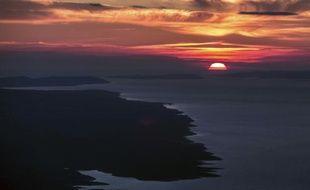 Un coucher de soleil en mer Adriatique près de l'île de Brac en Croatie, le 11 avril 2014