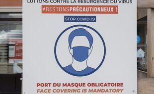 Une affiche sur les gestes barrières, à Cannes (Alpes-Maritimes). (illustration