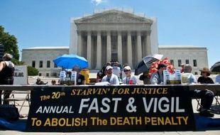 Manifestation traditionnelle devant la Cour suprême des Etats-Unis, à Washington, le 29 juin 2013