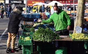 Illsutration du marché de Wazemmes, à Lille, le 22 mars, pendant le confinement.