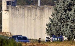 Rondes d'hélicoptère au-dessus du palais de justice, équipe cynophile, GIPN et Raid dans la salle des pas perdus: mardi à Lyon a débuté le procès sous haute surveillance de deux anciens détenus et trois de leurs complices, pour leur évasion spectaculaire à l'explosif en 2009 de la centrale de Moulins-Yzeure.