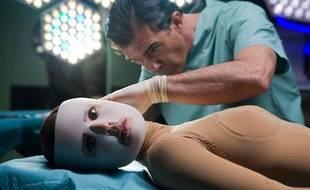 Antonio Banderas campe un chirurgien devenu un peu fou après l'accident de sa femme, grièvement brûlée dans le dernier film de Pedro Almodovar La piel que habito.