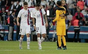 Tuchel félicite Navas après ses arrêts spectaculaires contre Strasbourg.